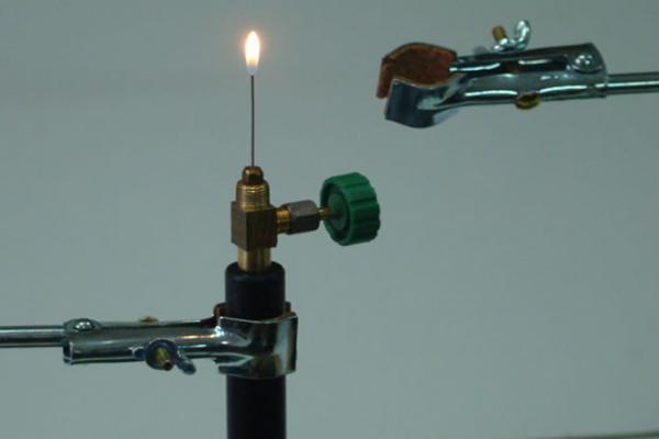 Controla o limita el suministro de gas al barril.